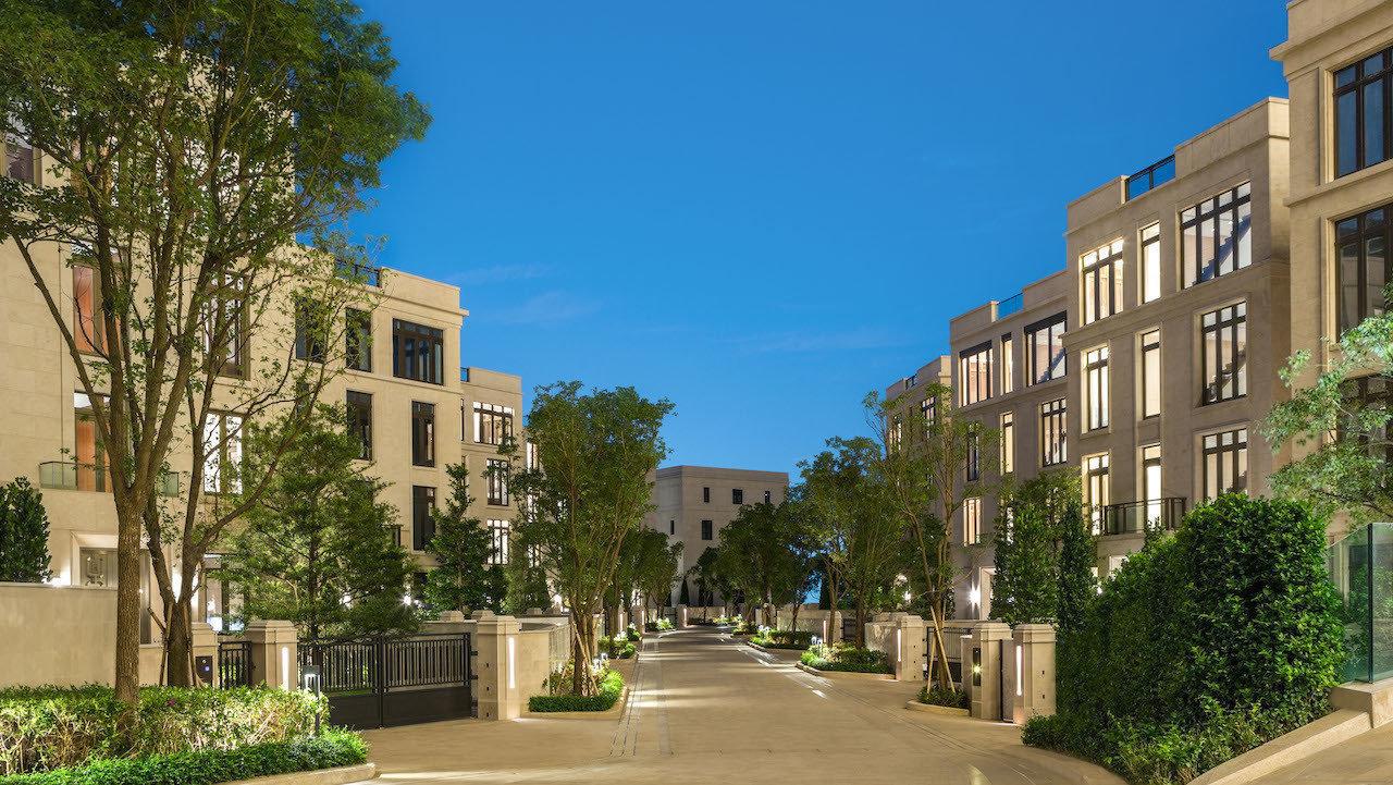 该楼盘由独栋别墅和豪华公寓组成。