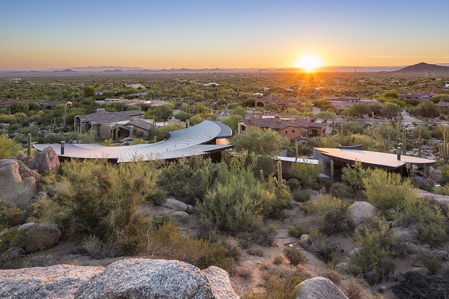 Vista desde arriba, la casa en el desierto tiene la forma de un escorpión.