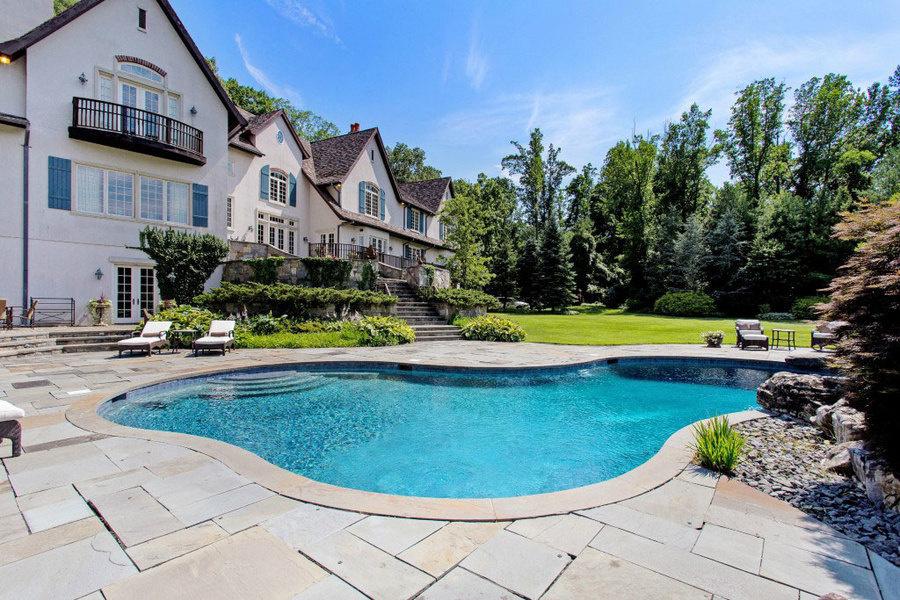 房屋带有室外加热泳池。
