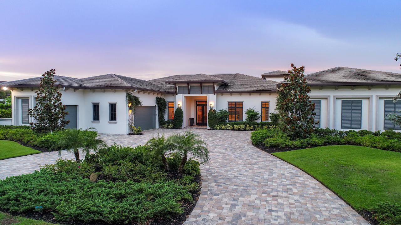Esta casa a la medida construida para el profesional de golf y comentarista Mark Lye en Naples, Flori