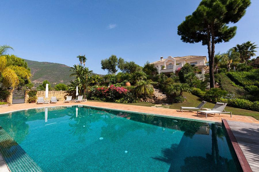 Una casa de cinco dormitorios y cinco baños en el barrio de La Zagaleta en Marbella a la venta por US