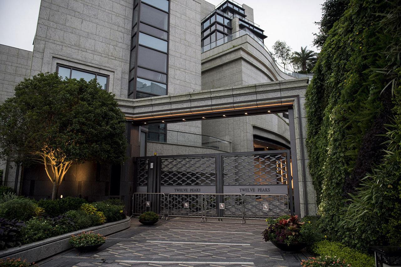 图为Twelve Peaks住宅项目入口,该项目位于香港富裕的太平山顶社区。