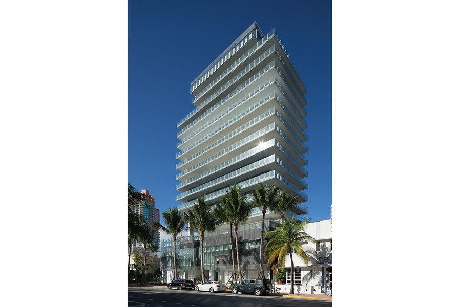 La torre fue diseñada por el arquitecto René González y el diseño de jardines es de Raymond Jungles.