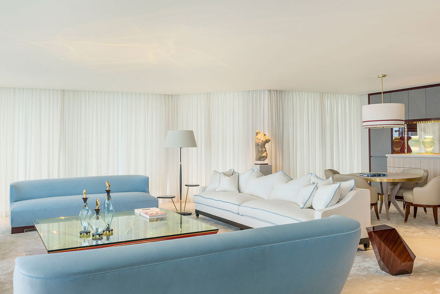 A consistent color palette with just few tones harmonizes the look and feel of a Palm Beach living/di