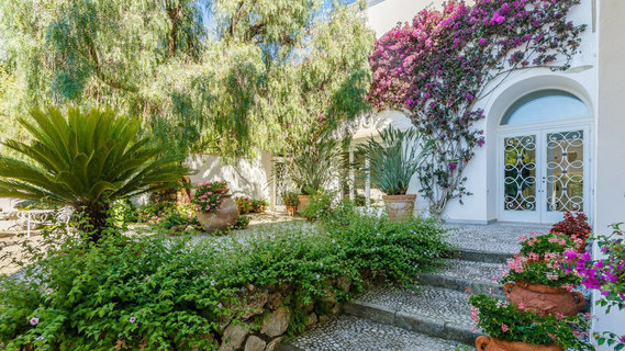 每日豪宅 | 纵享360度视野的卡普里岛海滨华宅