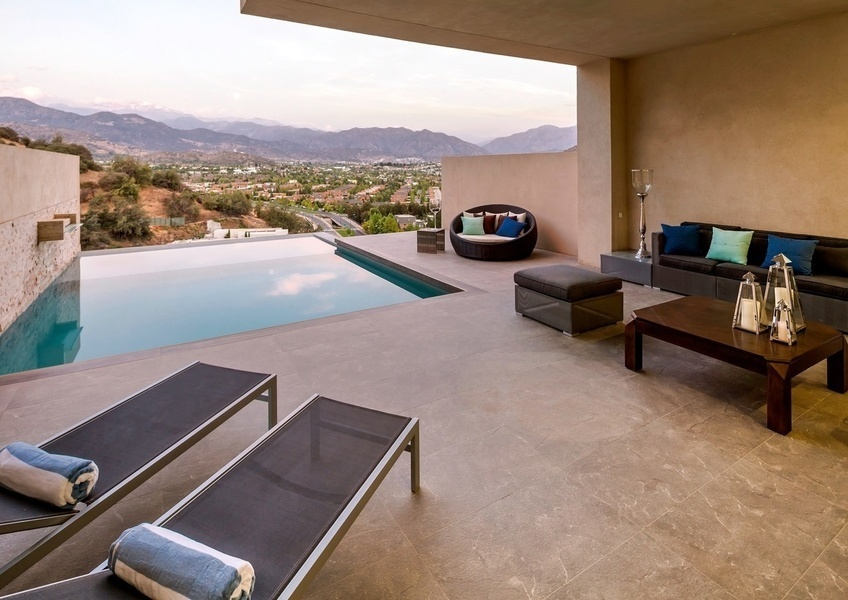 This four-bedroom penthouse apartment, with panoramic view to the Valley of the Trapenses and the And