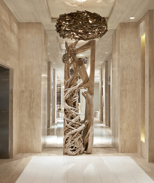 Una escultura de madera natural instalada en 1 Hotel & Homes South Beach, Miami, por  Debora Agui