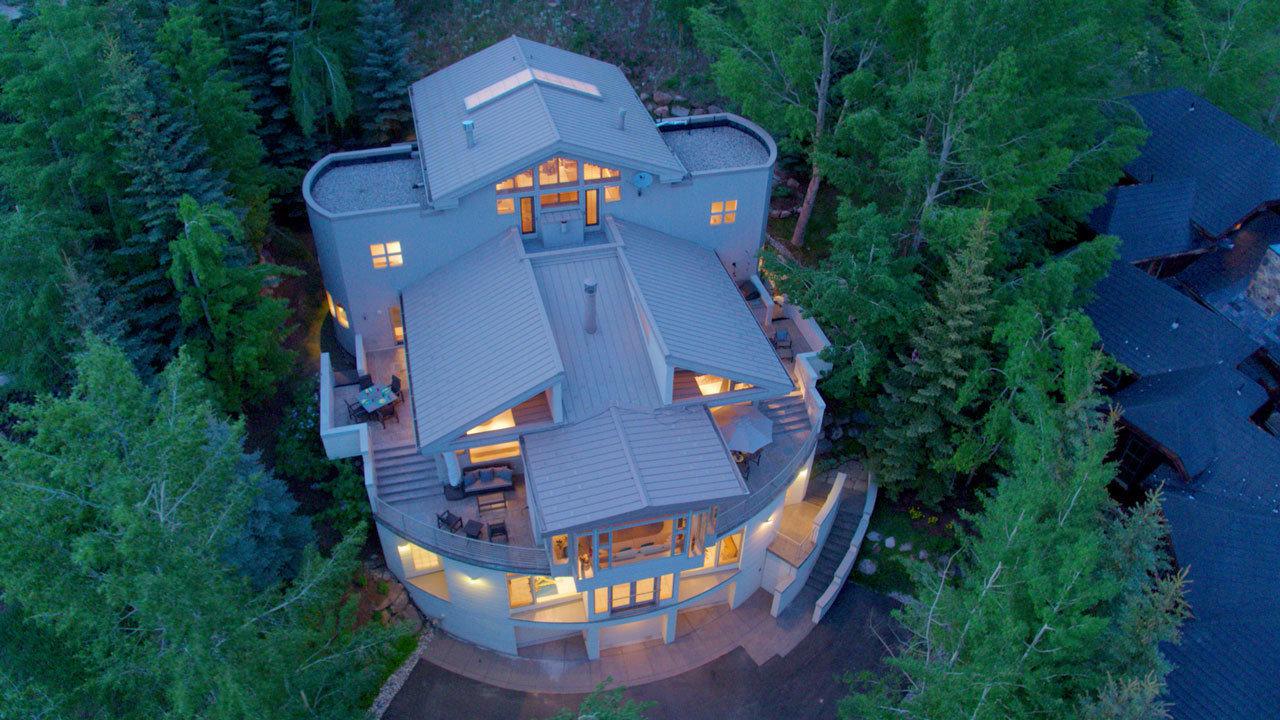 Esta casa contemporánea de montaña fue puesta en venta previamente por US$5,699 millones. La licitaci