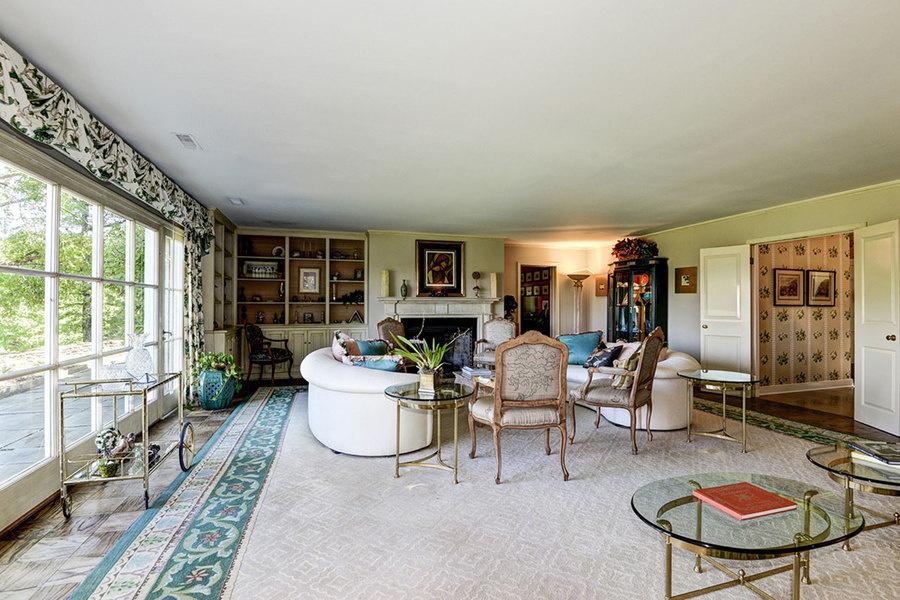 La casa de un solo nivel, que tiene libreros empotrados y puertas francesas, fue descrita por Jacquel