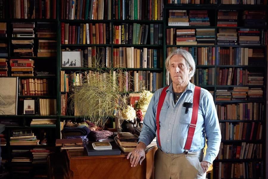 图为John Bennett在其西村住宅的客厅中。