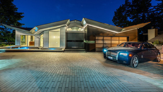 每日豪宅   通透明亮的西温哥华山坡观景大宅