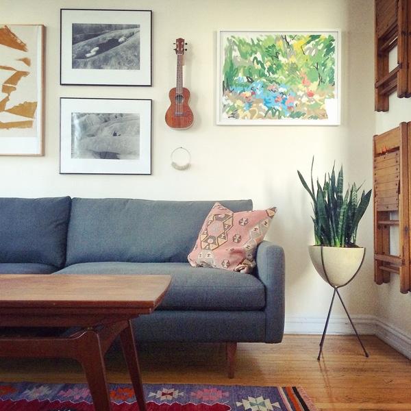 Aquí, Dara Segal de Simply Framed diseñó una galería de pared de medios mixtos, lo que aporta persona