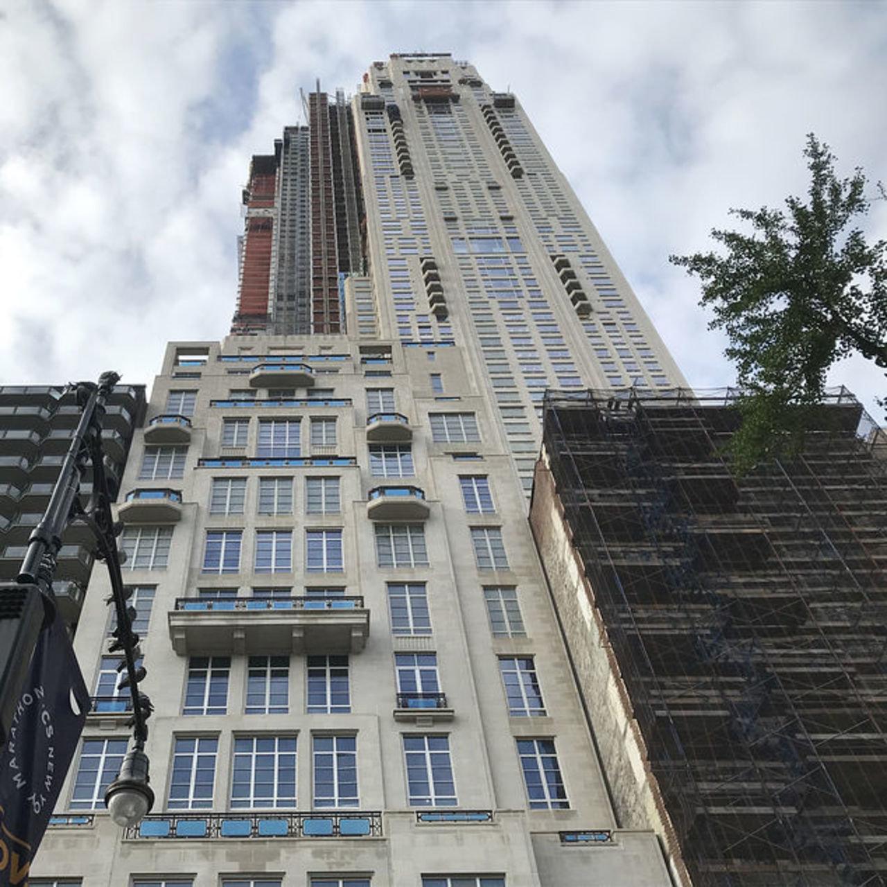 这套顶层公寓位于中央公园南220号。该楼盘由罗伯特·斯特恩建筑事务所操刀设计,目前尚未竣工。
