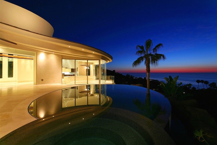 La casa de los Supersónicos tiene una arquitectura curvilínea para optimizar las vistas al océano.