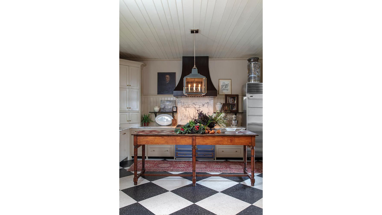 RUG RATIONALE Architect Mark Maresca spread out a traditional vintage rug beneath a contemporary pendant light from Urban Electric to add an element of old-new contrast to his Charleston, S.C., kitchen.